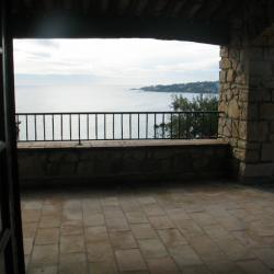 La vaste terrasse couverte